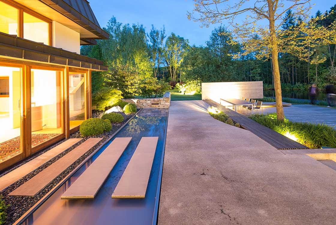 002_05_Hausfront-mit-Wasser-u-Terrassen