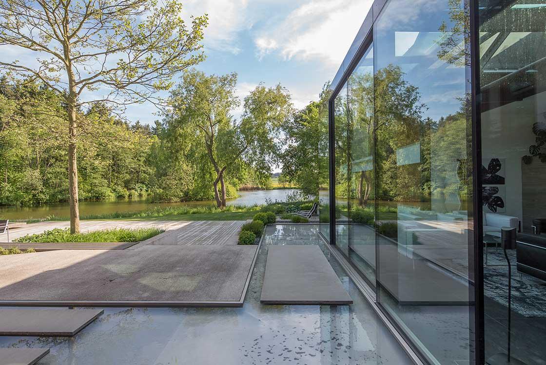 002_06_Glasfront-seitlich-auf-Sitzplatz-und-Teich
