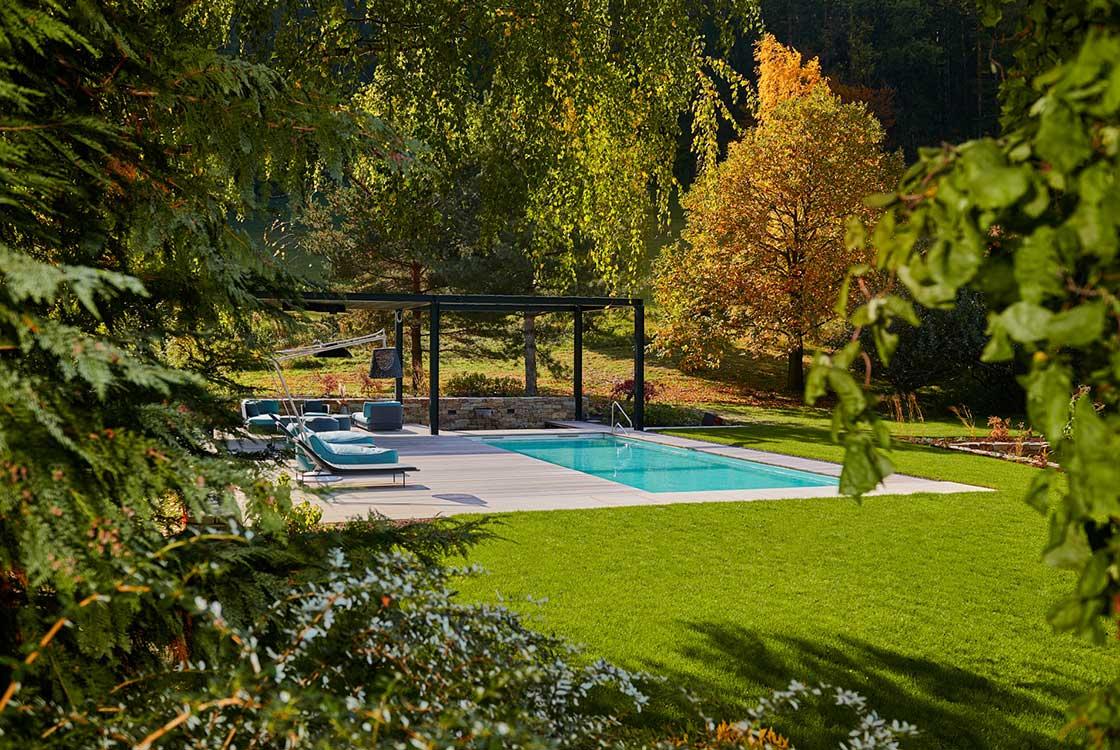 003_02_Pool-u-Sitzplatz-aus-Natur