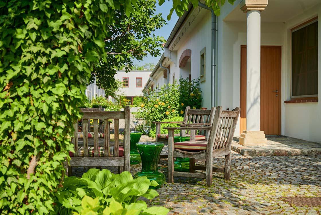 016_012_-Garten-v-hinten-mit-Sitzplatz